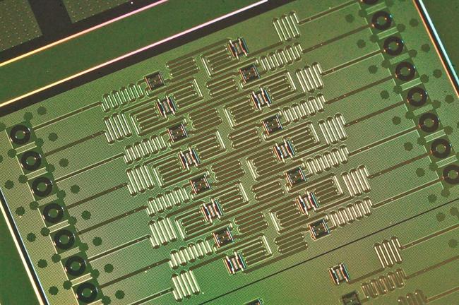 Chip cuántico de 16 qubits.